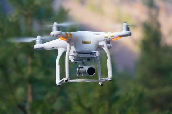 дрон за заснемане на въздушна реклама